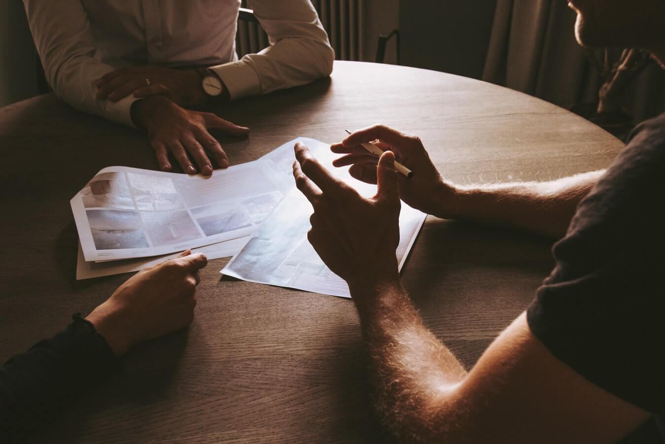 Cómo funciona Kickstarter: Gente de negocios en una mesa