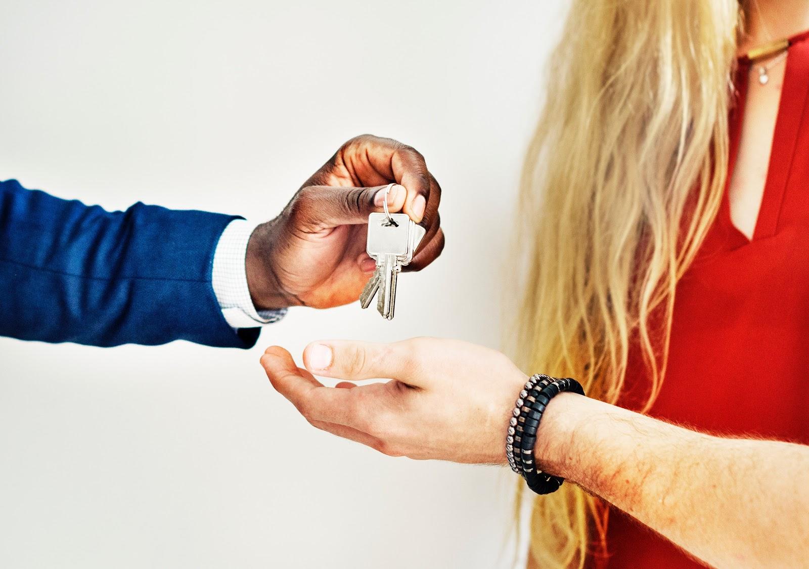¿Qué es la garantía? Persona entregando llaves a la pareja