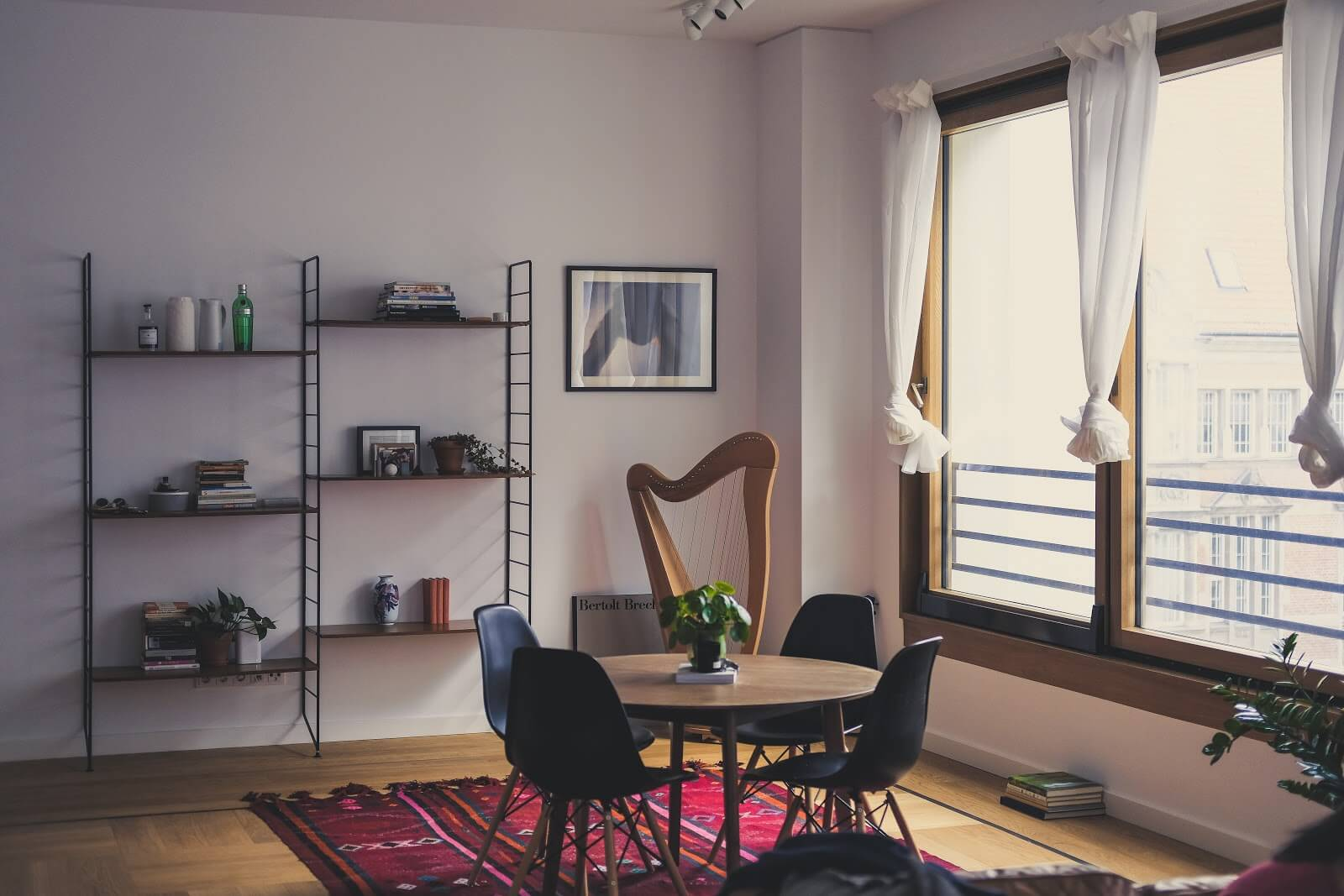 Airbnb calculator: an apartment dining room