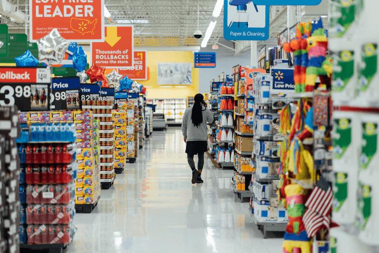Opiniones de los remitentes: Una mujer camina a través de una tienda de comestibles