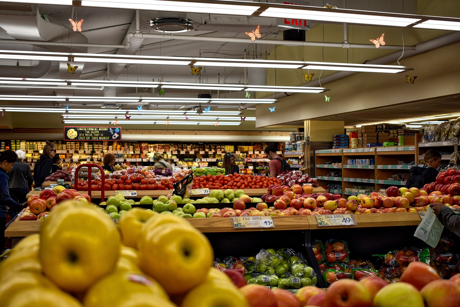 Cupones de peapodo: Personas comprando en una tienda de comestibles