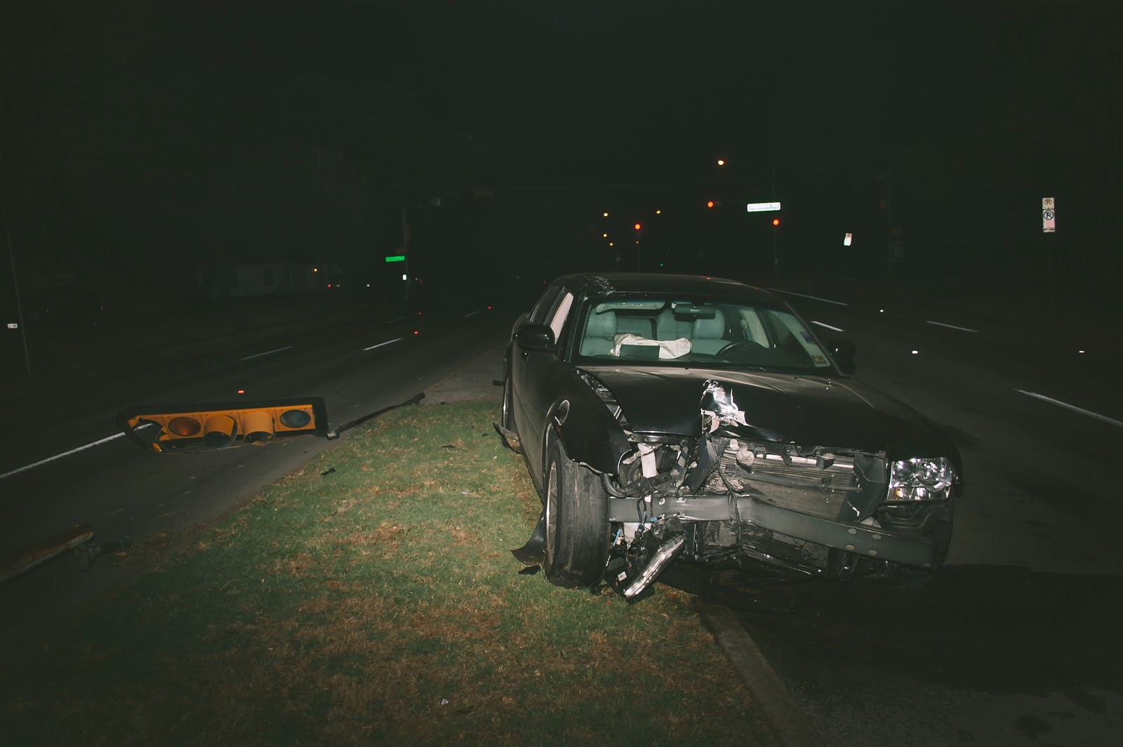 Coche destrozado en una mediana de carretera