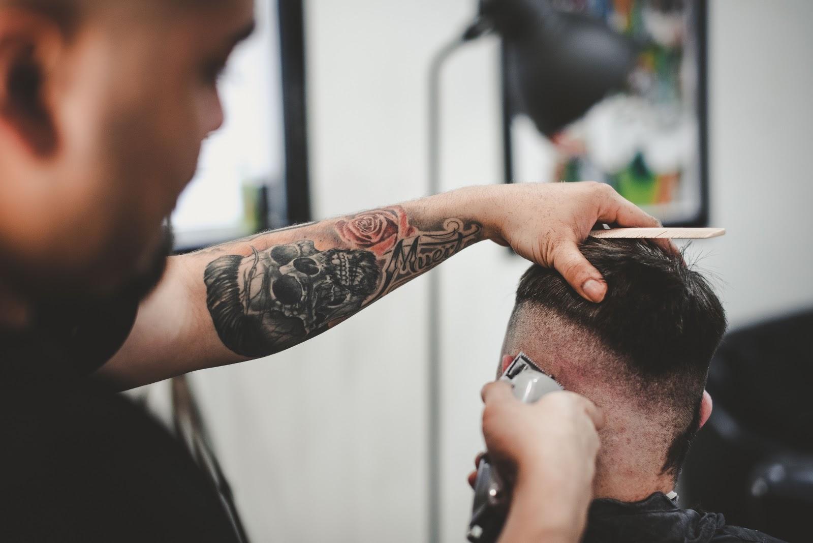 Un barbero se afisa la cabeza de un hombre