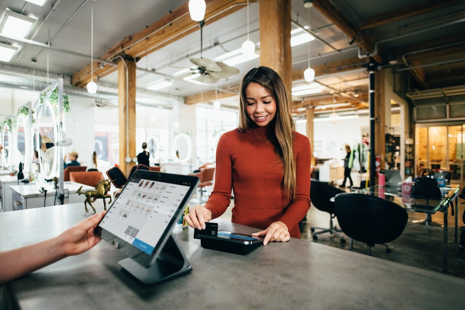 Una mujer roba su tarjeta de crédito en un salón de pago