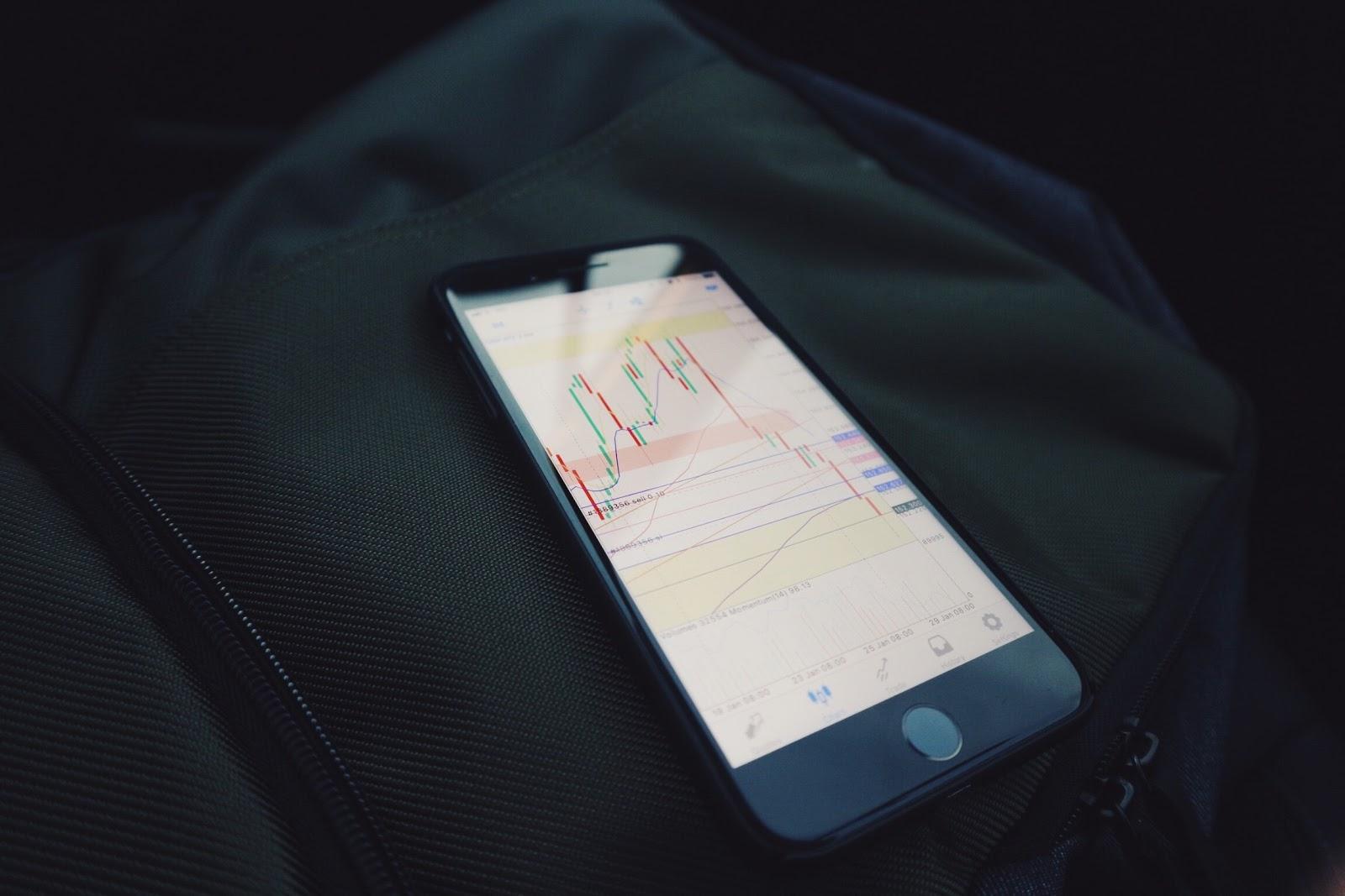 Teléfono celular que muestra una aplicación de inversión