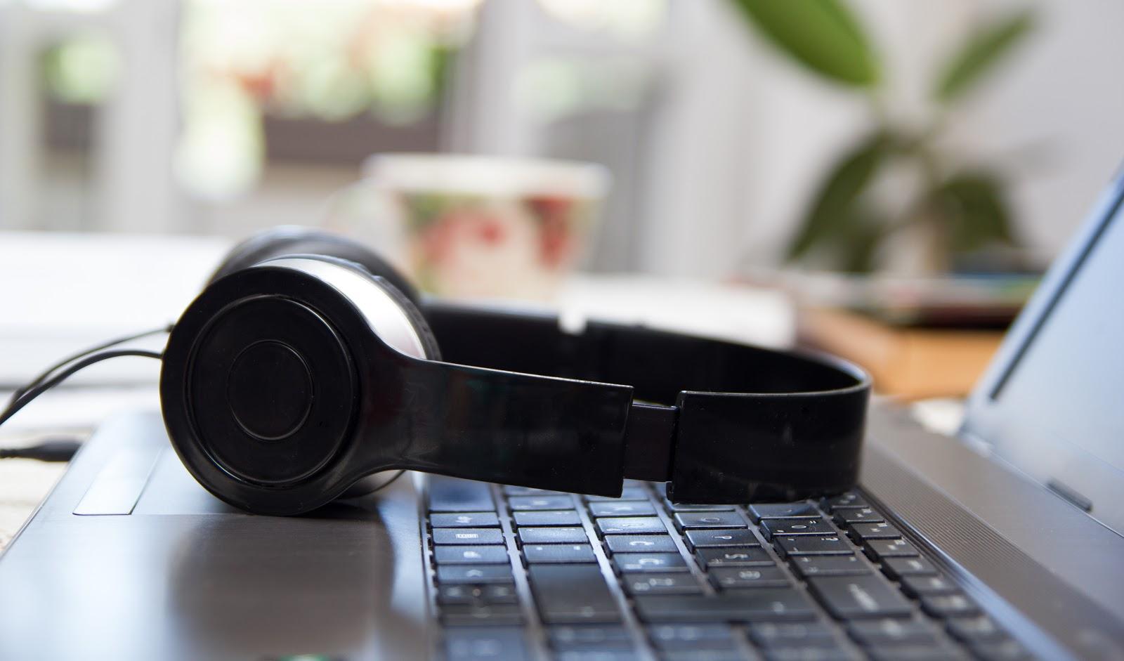 auriculares en laptop