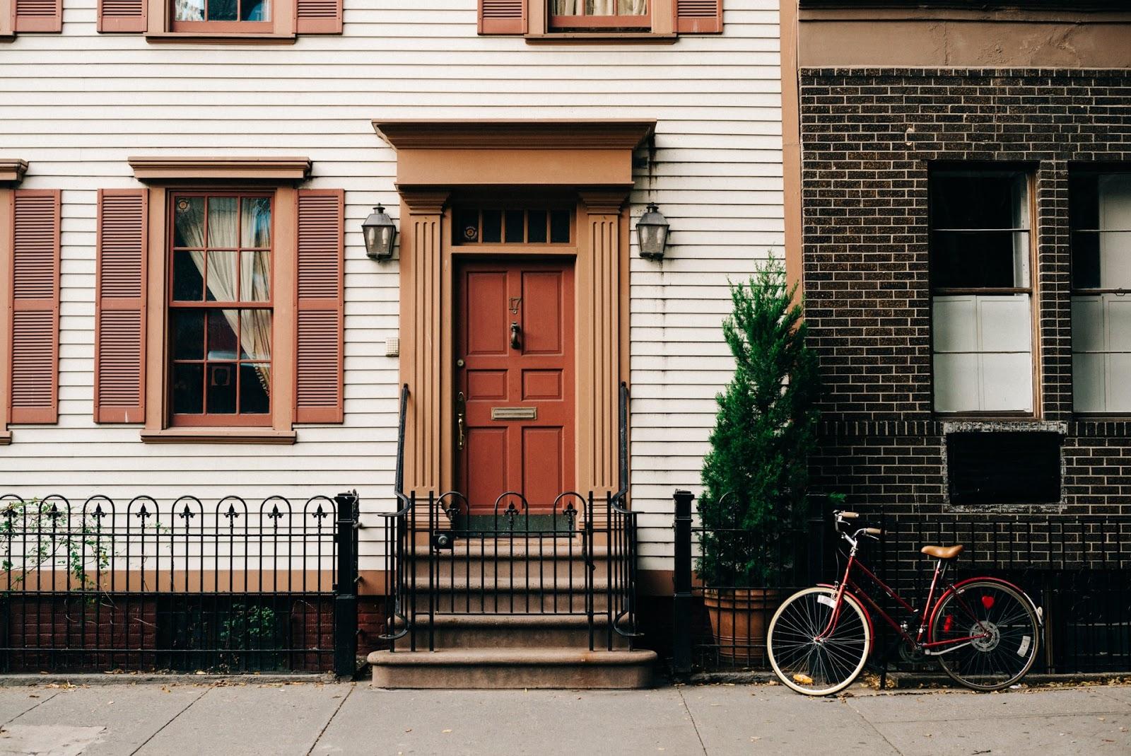Vista del apartamento sin ascensor con una bicicleta y un porche encantador
