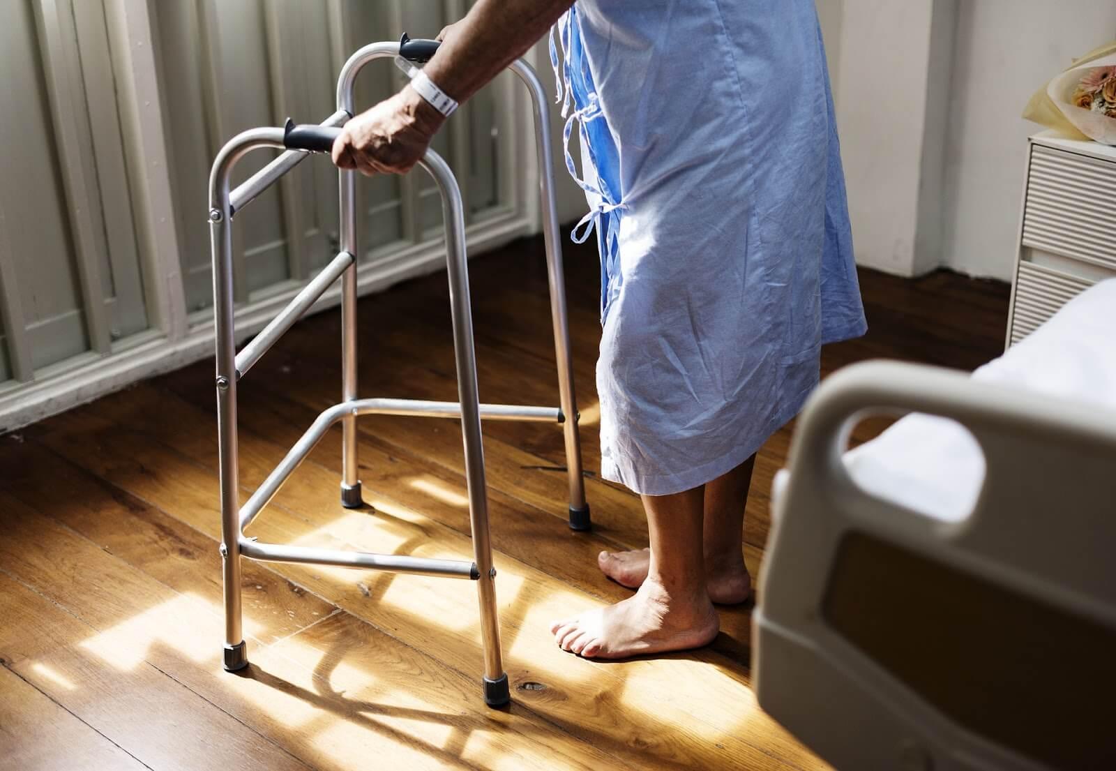 Sepa cómo evitar las estafas de Care.com cuando busque atención para personas mayores