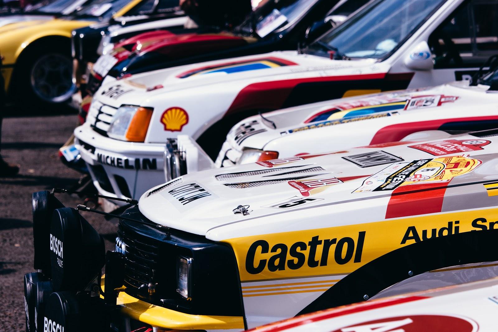 automóviles estacionados con marcas de fábrica y logotipos en el exterior