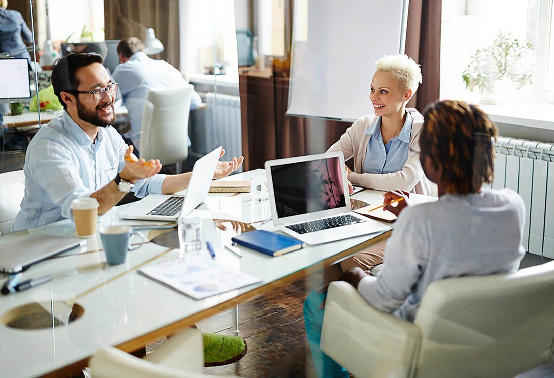 En el trabajo, no sea el compañero de trabajo que habla demasiado alto por teléfono.