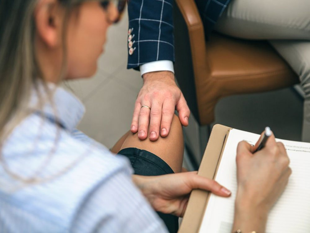 El contacto físico inapropiado es parte del acoso sexual en el lugar de trabajo.