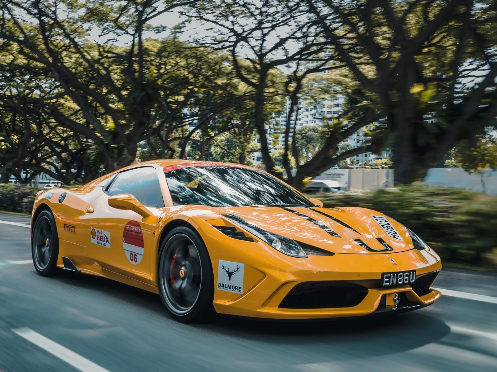 cobra por anunciar en su automóvil: automóvil amarillo con logotipos conduciendo en la carretera