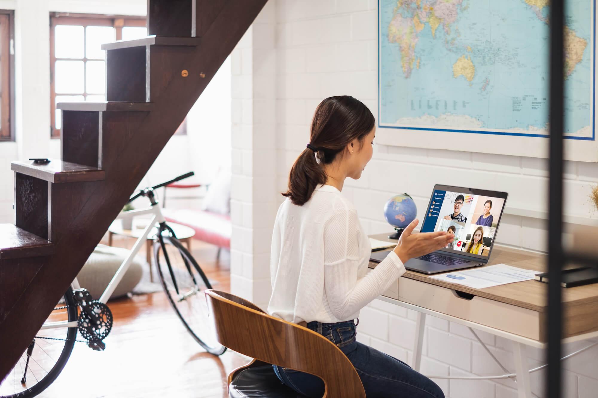 Freelance marketing: mujer en una videoconferencia