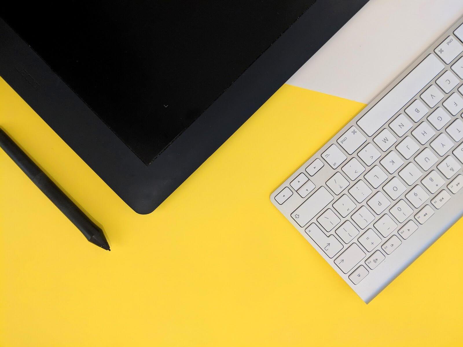 Tableta de diseño y teclado para trabajos de diseño gráfico remotos