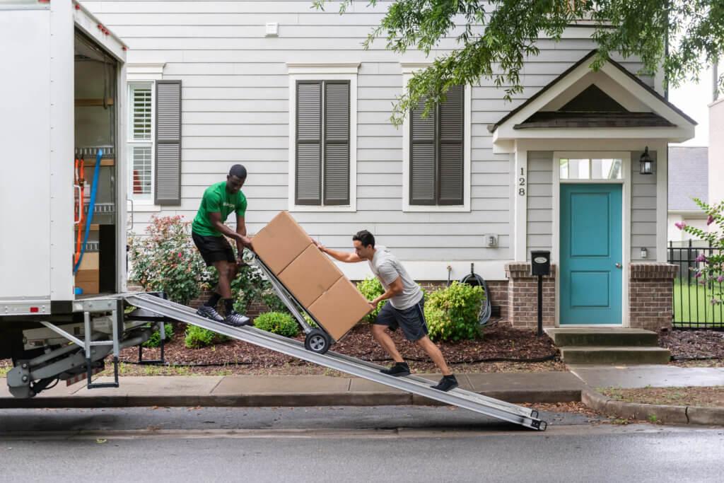 Dos hombres cargando un camión para Bellhops.