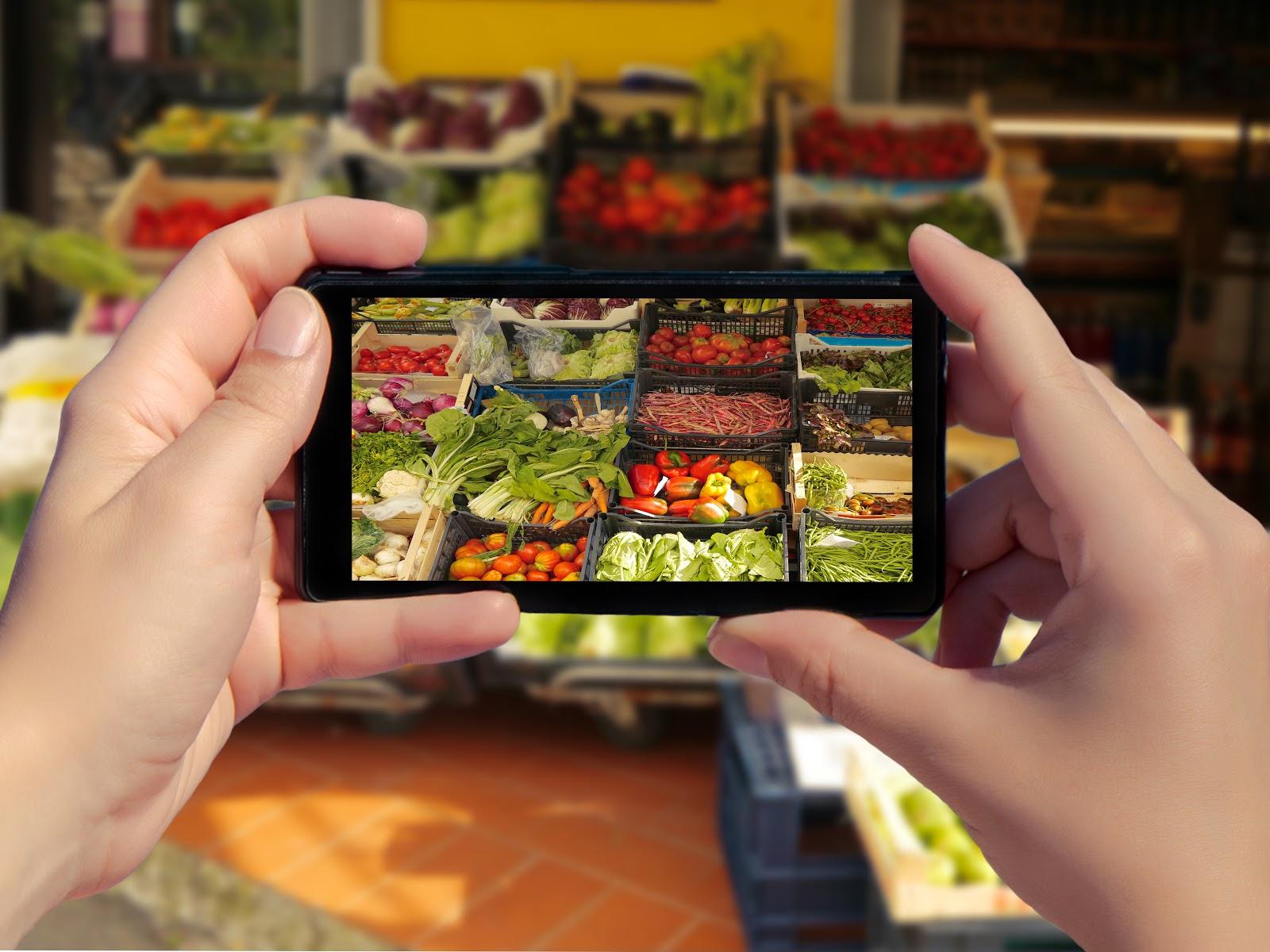 smartphone tomando fotos de comestibles