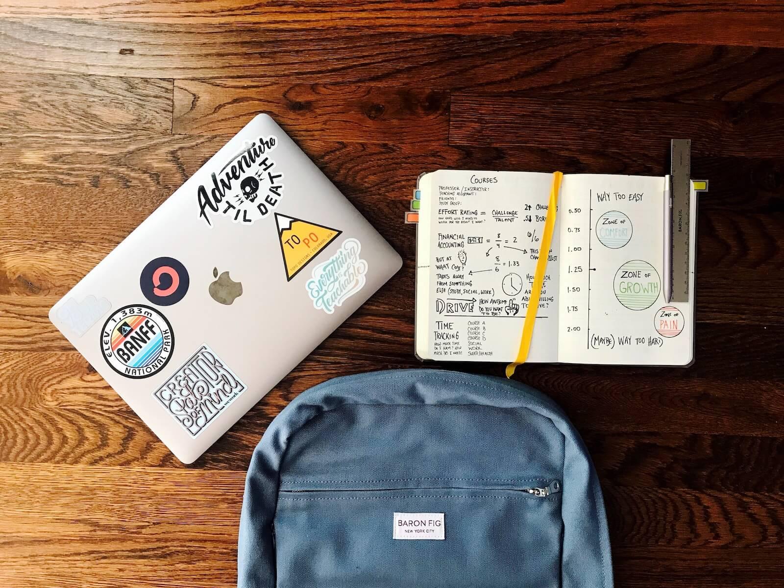 Tutoría Wyzant: una mochila, un cuaderno y una computadora portátil