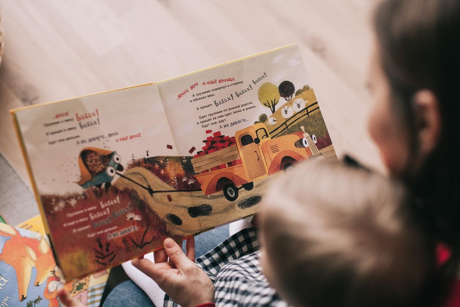 mujer leyendo un libro para niños pequeños