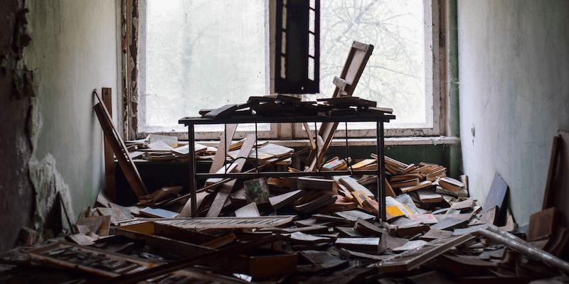 Depósito de seguridad de Airbnb: montones de escombros en una casa abandonada
