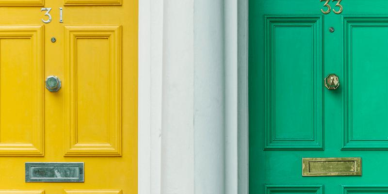 Política de cancelación de Airbnb: puerta amarilla y puerta verde