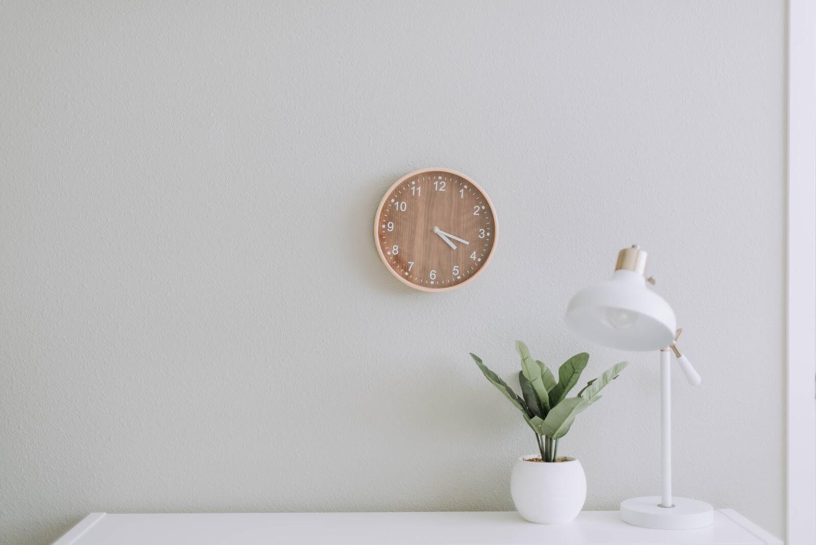 Reloj y escritorio blanco minimalista