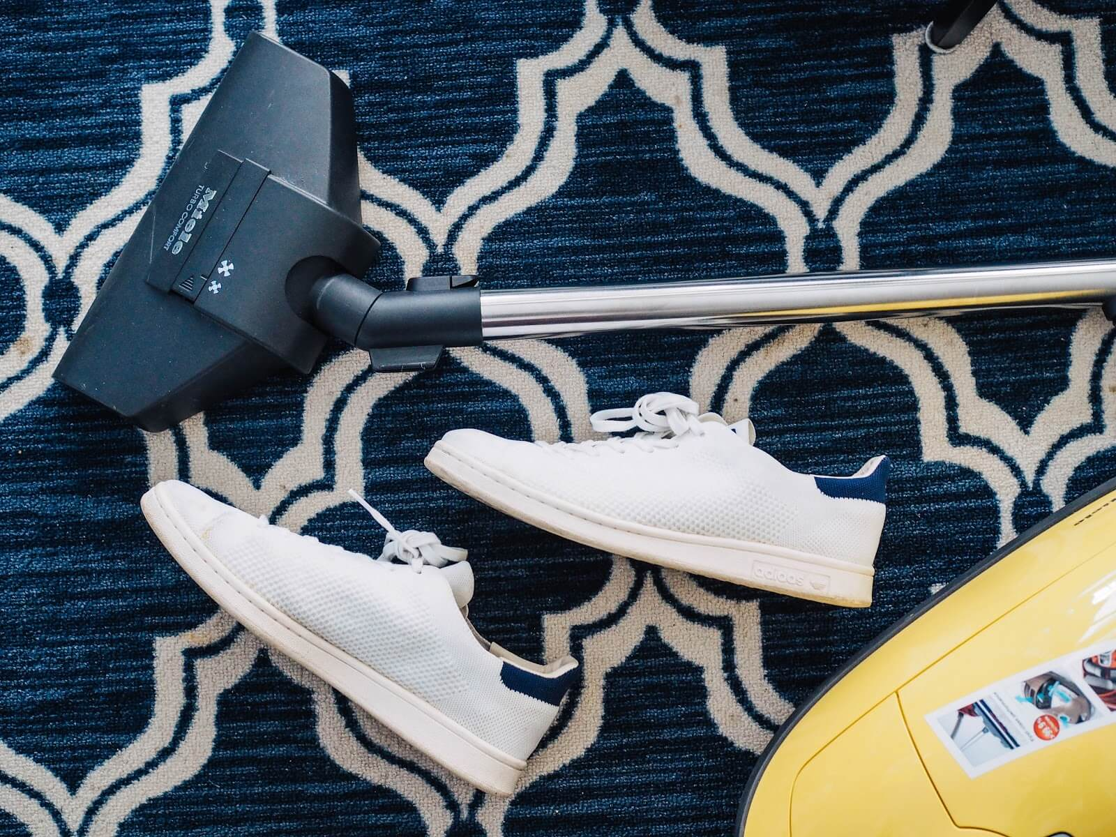 Mantén limpio tu Airbnb y no dejes zapatillas en el suelo