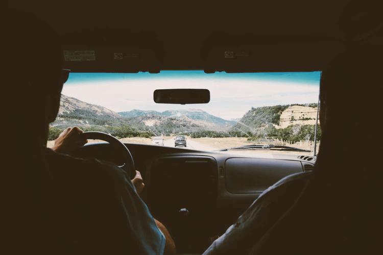 Vista desde el asiento trasero de un coche.