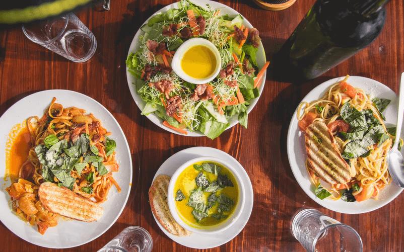 Vista aérea de ensaladas y platos de pasta en una mesa