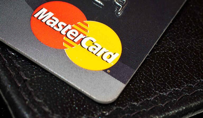 MasterCard está eliminando gradualmente las bandas magnéticas.  ¿Esta su empresa lista?